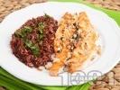 Рецепта Печена сьомга на тиган без мазнина с орехи и гарнитура от червен ориз